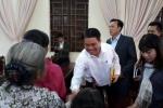 Ảnh: Chủ tịch Hà Nội Nguyễn Đức Chung tươi cười bắt tay người dân Đồng Tâm
