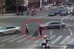 Cảnh sát giao thông điều tiết xe, giúp cụ già qua đường gây 'bão' mạng