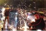 Clip: Đi 'bão' ăn mừng U23, thanh niên cháy áo vẫn hô 'Việt Nam vô địch'