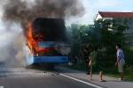 Video: Xe khách giường nằm bốc cháy dữ dội trên quốc lộ