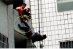 Lính cứu hỏa 'nhanh như cắt' kéo được người lao khỏi ban công tầng 5 tự tử