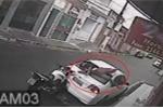Biker phóng như tên lửa, đâm nát đuôi ô tô ven đường