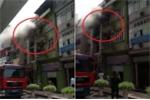 Clip: Nhà cao tầng ở Hà Đông cháy lớn, lính cứu hỏa bắc thang căng mình dập lửa