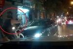 Clip: Đi ngược chiều còn bật đèn pha chói lóa, nữ tài xế bị thanh niên Tây chặn đầu
