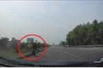 Clip: Xe đạp 'vô tư' băng qua cao tốc khiến ôtô giật mình