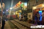 Video: Du khách liều mình uống cà phê, chụp ảnh ngay sát đường ray tàu ở Hà Nội
