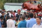 Ảnh: Hàng trăm người hò reo cổ vũ tài xế lập đàn cúng trạm BOT Sóc Trăng