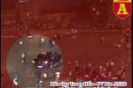 Clip: Toàn cảnh ô tô kéo lê xe máy hàng trăm mét ở ngã 6 Ô Chợ Dừa