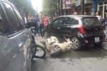 Hàng chục người dân nâng ô tô cứu bé gái mắc kẹt dưới gầm