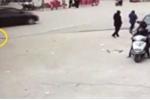 Bố mẹ bất cẩn để con gái bị xe cán thương tâm dưới lòng đường