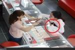 Clip: Nữ quái trộm iPhone X dễ như bỡn trước mặt người bán hàng