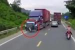 Clip: Sang đường kiểu cảm tử, người đi xe máy bị container đâm chết thảm