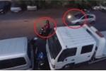 Clip: Trộm xe máy bị cao thủ bắt quả tang, nháo nhào bỏ của chạy lấy người