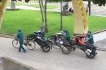 Đỗ sai quy định, 3 xe máy khóa cổ bị dân phòng dùng xe đạp 'hốt' đi