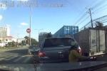 Clip: Đi vào đúng điểm mù của xe tải, người phụ nữ bị cán qua