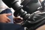 Tài xế Limousine lái xe 1 tay, chân gác ghế bị buộc thôi việc