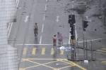 Video: Ông bố gây phẫn nộ khi ép con chụp ảnh giữa siêu bão Mangkhut