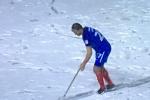 Video: Tuyết dày như sân Thường Châu, cầu thủ bỏ bóng lấy xẻng dọn tuyết
