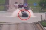 Tài xế liều mạng vượt đường lụt, ô tô bị lũ xiết cuốn trôi