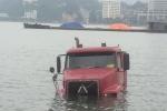 Xe container trượt bánh, trôi xuống vịnh Hạ Long