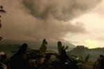 Video: Dân Bali hãi hùng nhìn núi lửa nhả cột khói cuồn cuộn cao 3km