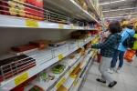 Quầy bánh kẹo trong siêu thị 'tan hoang' trước Tết