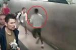 Clip: Nghi phạm chạy trốn cảnh sát bị nam thanh niên lao ra ôm chặt