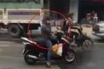 Clip: 'Ninja Lead' hồn nhiên dừng xe nghe điện thoại giữa đường đông đúc