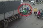 Clip: Xe tải đâm liên hoàn xe dừng đèn đỏ, người đi xe máy thoát chết khó tin