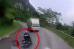 Clip: Lấn làn vượt ẩu trên đường đèo, xe máy lao vào gầm xe tải