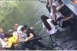 Video: Mải mê selfie, khách du lịch Trung Quốc làm sập cầu
