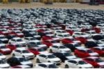 Người Việt chơi sang, một tuần nhập gần 1.000 ô tô nguyên chiếc