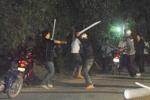 Video: Mang hung khí đi hỗn chiến, gần chục tên côn đồ bị tóm gọn khi trốn vào nhà dân ở Hà Nội
