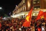 Video: CĐV 'đi bão' sau chiến thắng của Việt Nam, đường phố Hà Nội tắc cứng