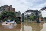 Ô tô rẽ sóng vượt qua làng biệt thự triệu đô giữa lòng Thủ đô