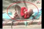 Kinh ngạc clip 4 con rắn hổ mang chúa 'trông' em bé đang ngủ