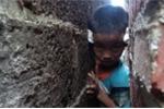 Chơi trốn tìm, bé trai bị mắc kẹt giữa 2 bức tường siêu hẹp