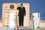 Video: Tổng thống Trump bước xuống chuyên cơ, vẫy tay chào Hà Nội