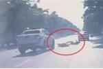 Clip: Ô tô bán tải vượt ẩu lấn làn, tông xe máy thảm khốc ở Nghệ An