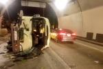 Xe khách lật nghiêng ngay cửa hầm Hải Vân, 5 người bị thương