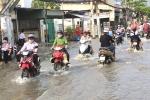 TP.HCM: Dân điểm nóng triều cường bình thản lội nước về nhà