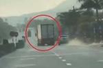 Tài xế container lao xe vào cảnh sát, lạng lách khi bị truy đuổi