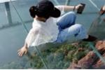 Video: Run rẩy đi trên cầu treo thủy tinh 5D ở Trung Quốc