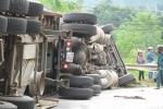 Xe container đổ dốc bị lật nghiêng, thanh niên đi xe máy chết thảm