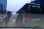 Tạt đầu xe buýt nhanh, hai người đàn ông suýt bị đâm văng xuống đường