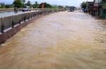 Nước ngập sâu gần 1m, quốc lộ 1A bị chia cắt