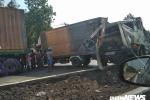 Hàng loạt ô tô tông liên hoàn, 2 tài xế mắc kẹt trong cabin