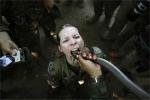 Lính Mỹ uống máu rắn hổ mang, nuốt bọ cạp sống để sinh tồn