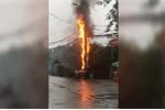 Clip: Cột điện ở Hà Nội bốc cháy ngùn ngụt, phát nổ như pháo hoa