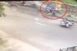 Clip: Xe máy chở 3 sang đường không quan sát, bị ô tô tông thảm khốc ở Nam Định